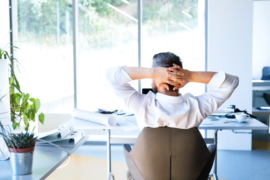 Homem relaxando depois de escolher seu plano de seguro de vida.