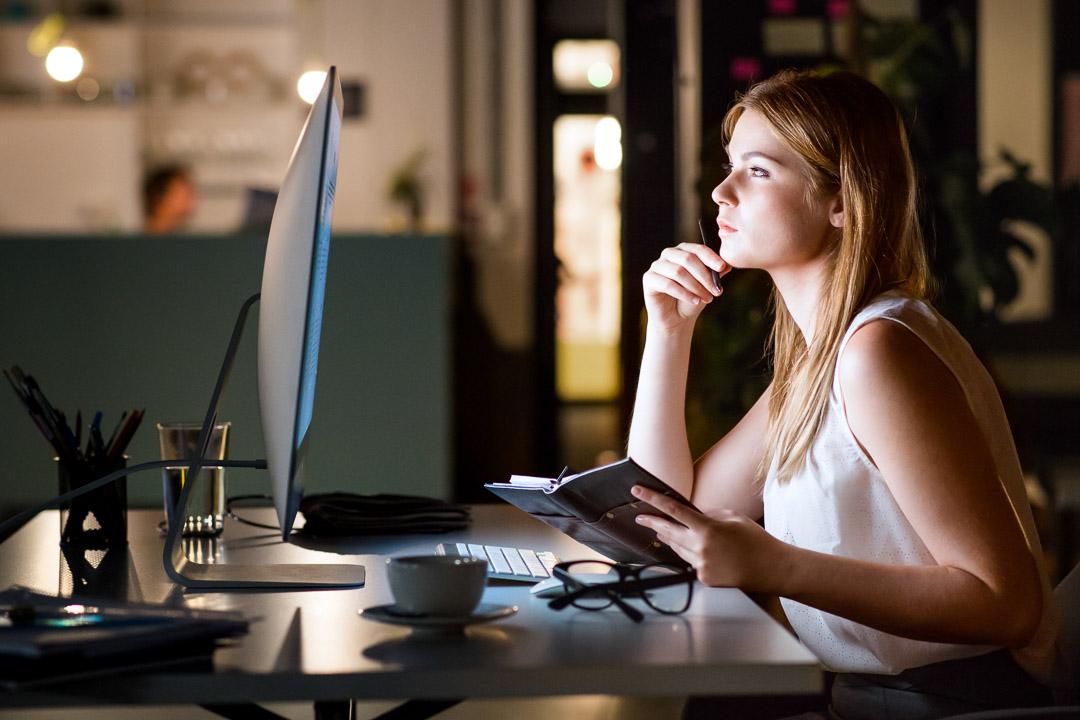 Mulher lendo o site da BRZ no computador.